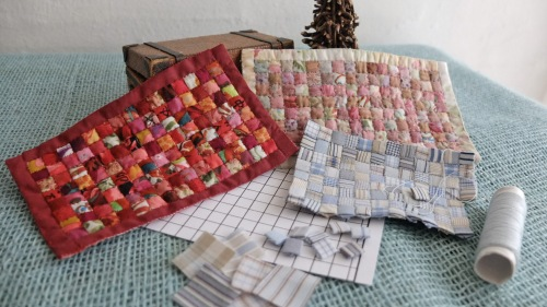 Små miniature patchwork tæpper, 8,5x14 cm