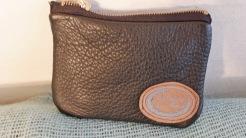 Den lille pung er af sort skind og måler 10 x 14 cm