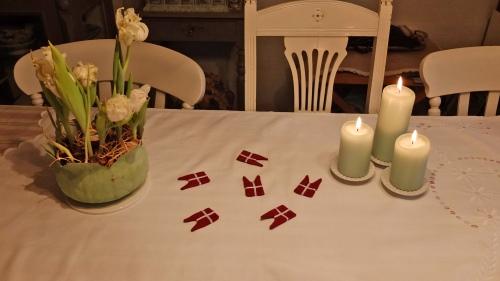 Min veninde Kirsten fortalte om nogle små søde flag, som hun havde set til en fødselsdag, hvor de lå spredt ud på dugen. Det lyder jo rigtig hyggeligt, så jeg har prøvet. måske ikke de bedste endnu, men en rigtig god ide. Jeg vil forfølge ideen og prøve igen. Måske de bliver så fine at jeg vil sælge dem!
