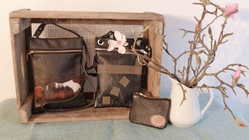 To sorte skind tasker og en lille pung