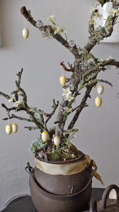 Jernkrukke med grene og små påskeæg 001