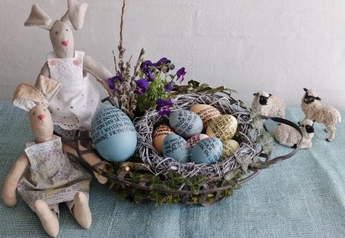 To syede påskeharer og kurv med æg med tekst 009