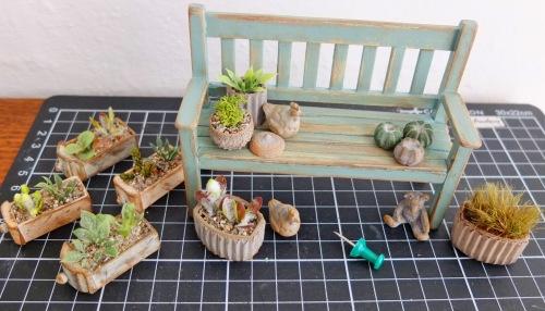 Miniature havebænk og planter
